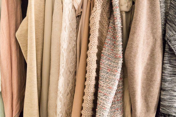 Lies die besten Tipps für eine aufgeräumte und minimalistische Garderobe und lerne das Fünf-Stufen-System zum effektiven Kleiderschrank ausmisten kennen.
