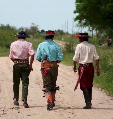 Gauchos y sus elegantes atuendos en Argentina #Gauchos #traditions #culture #Argentina
