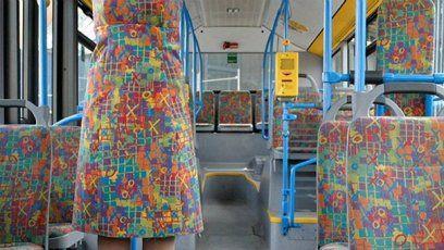 Ladit se sedačkami autobusu asi není moc příjemné. Většinou se jedná o pořádně šílené vzory. Jejich návrháři asi zbyl pořádný kus látky a tak ho aplikoval na šaty.