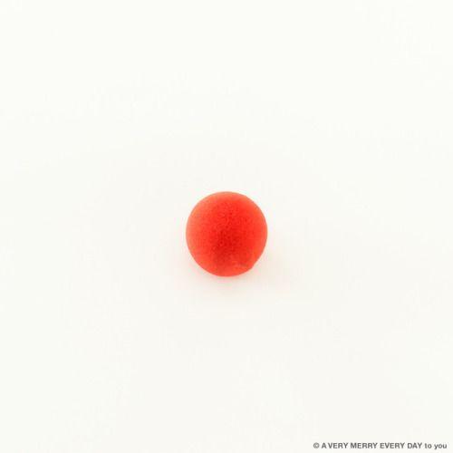 Red Nose Day UKRed Nose...  Red Nose Day UK  Red Nose Dayはイギリスで年に一度行われる チャリティーイベントです 学校とか会社で何かユーモアのあることを行って 募金を集めようという活動なのだそう  それでRed Nose 鼻にちょこんとのせると ピエロみたいになるスポンジ製の付け鼻です 岡尾美代子