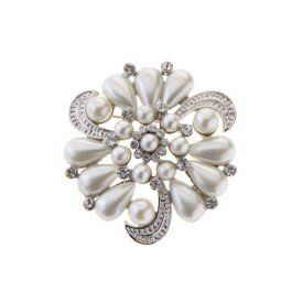 Add a touch of vintage glam to your look with this stunning pearl and diamante encrusted brooch.