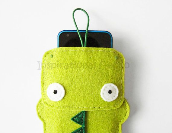 This cute crocodile is a soft and strong felt case for your phone. Its made in 3mm thick green felt, safe and resistant and its been completely hand-sewn with care. The lock consists in an emerald green elastic band that fastens to a wooden button on the back of the case. This way, your phone will be safe and sound in the crocs belly.  ►Measures◄ Outside: 5.9 x 4.1 (15 x 10,5 cm) Inside: approximately 4.7 x 3.1 (12 x 8 cm)  ►Custom sizes!◄ I can make this case in any phone size! If you dont…