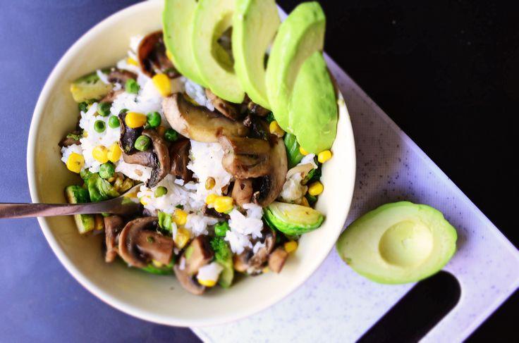 Pranzul de astazi: Orez cu legume (ciuperci, mazare, porumb, brocoli, varza de bruxelles) Avocado <3