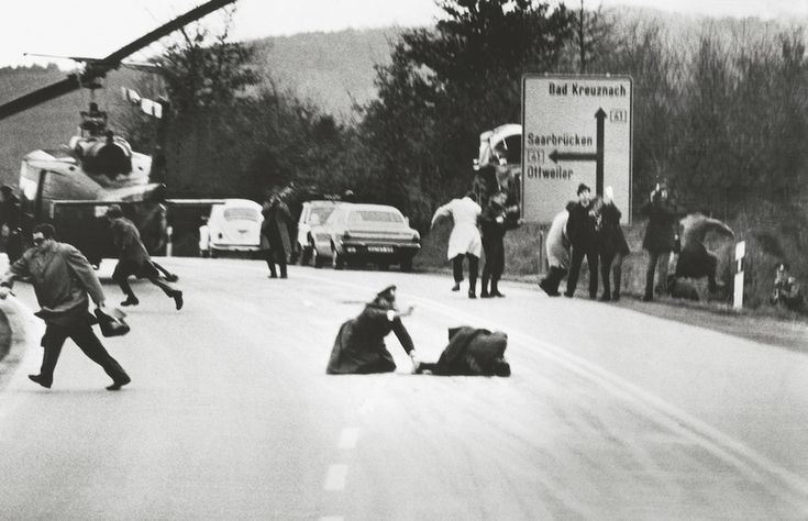 1971 - During negotiations on the safe-conduct of a group of criminals on the run, police superintendent Gross suddenly shoots down gang leader Kurt Vicenik. The gang, who had disappeared after a bank-robbery in Cologne, re-emerged near Saarbrücken, carrying a hostage with them. A chase followed and the police and the robbers met at Baltersweiler. The two other men were captured in a wild fight. The men running away from the bullets are policemen. (Wolfgang Peter Geller)
