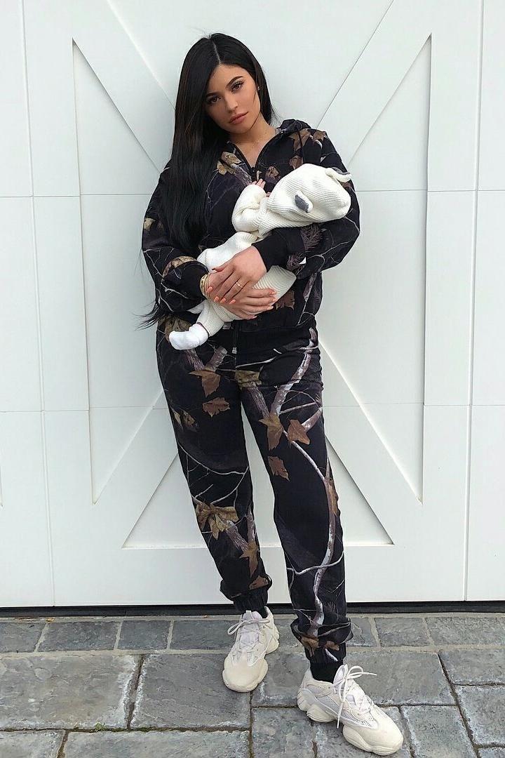 f7d91a25b545f Kylie Jenner wearing Yeezy 500 Desert Rat Sneakers in Blush