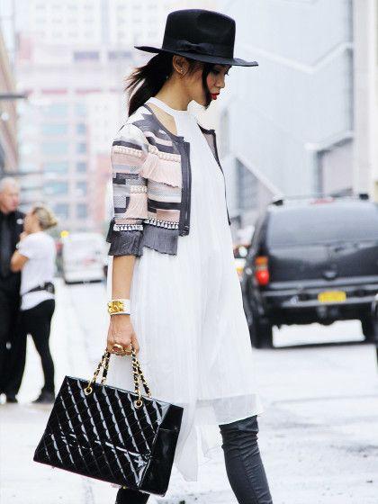 Fashionbloggerin Thida Lertsburapa schafft ein meisterhaftes Kleid-über-Hose-Outfit indem sie ganz einfach fließende mit festen Stoffenundhelle Töne mit dunklen kombiniert.