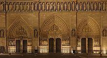 Dolna część frontowej fasady z wyraźnie widocznymi portalami .