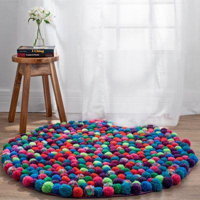 Desiderate rallegrare un angolo del vostro salotto? Un tappeto pompon è quello che ci vuole! Originale e colorato, vi permetterà di personalizzare la casa