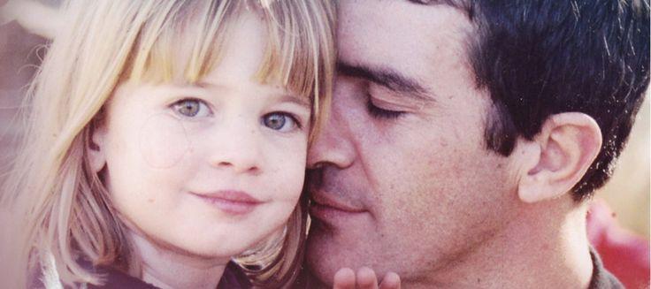 """Ella es """"la mejor producción de su vida"""". Así describía a su hija el actor y director al recoger un Goya que le dedicó. Con ella como protagonista grabó la famosa canción de 'Annie', vídeo que 'El árbol de tu vida' ha recuperado, y con el que vemos a unAntonio Banderasemocionado en su faceta de padre."""