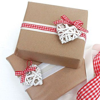 It's all about Hearts ♡ for Valentine's Day! Way cute way to wrap presents. Kraft, hearts, red and white <3