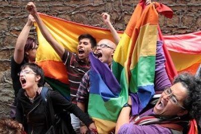 No hay nada que celebrar: el odio hacia las personas LGTB aún contamina la sociedad.  Cincuenta años después de la despenalización parcial de la homosexualidad en Reino Unido, los adolescentes gais y trans todavía sufren los embates de la intolerancia. Furia, y no gratitud, es la única reacción posible. Owen Jones   El Diario, 2017-07-29 http://www.eldiario.es/theguardian/celebrar-personas-LGTB-contamina-sociedad_0_669833325.html