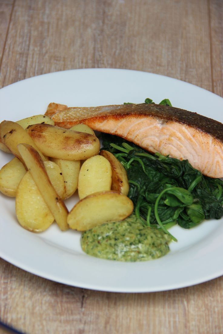 Salmon with skinpotatoes, spinach and pesto mayonnaise - Zalm met aardappeltjes in schil, spinazie en pesto-mayonaise