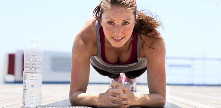 Es gibt tausende Fitnessübungen - doch eigentlich müsst ihr nur eine einzige kennen, um alle Problemzonen auf einen Schlag zu straffen...