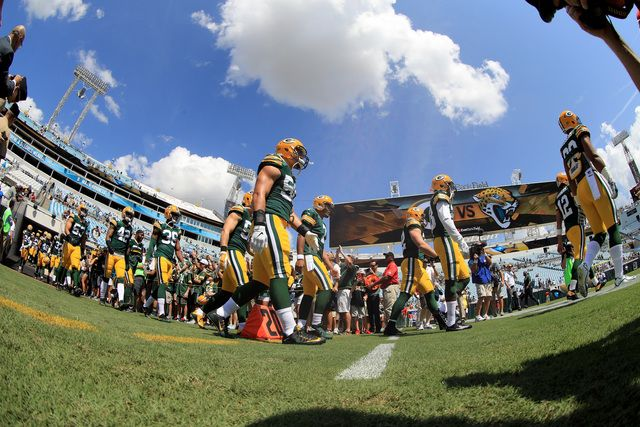 Green Bay Packers layers warm up during the game against the Jacksonville Jaguars at EverBank Field on September 11, 2016 in Jacksonville, Florida. (Photo by Mike Ehrmann/Getty Images)