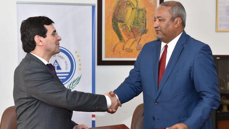 Adalberto Campos Fernandes afirmou que Portugal está aberto a apoiar a criação do centro de hemodiálise na ilha de S. Vicente, Cabo Verde, em termos financeiros e de recursos humanos e técnicos. http://observador.pt/2018/01/16/portugal-disponivel-para-apoiar-criacao-de-segundo-centro-de-hemodialise-em-cabo-verde/
