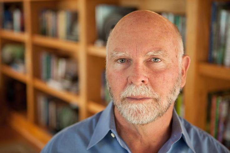 """Craig Venter   Es un biólogo y hombre de negocios estadounidense. Fue el presidente fundador de Celera Genomics, haciéndose famoso al arrancar su propio Proyecto Genoma Humano en 1999, al margen del consorcio público, con propósitos comerciales y utilizando la técnica """"shotgun sequencing""""."""