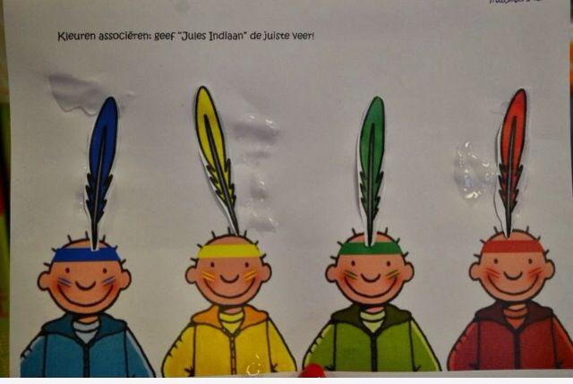 Peuters thema indianen: kleuren associatie : geef Jules de juiste veer op z'n indianentooi  Preschool theme indians / native americans: color matching with feathers and class icon  Bron: www.jufanneleen.com