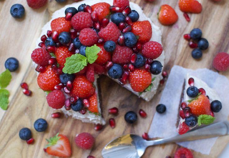 Sund chokoladekage med kokos og friske bær   Costume.dk