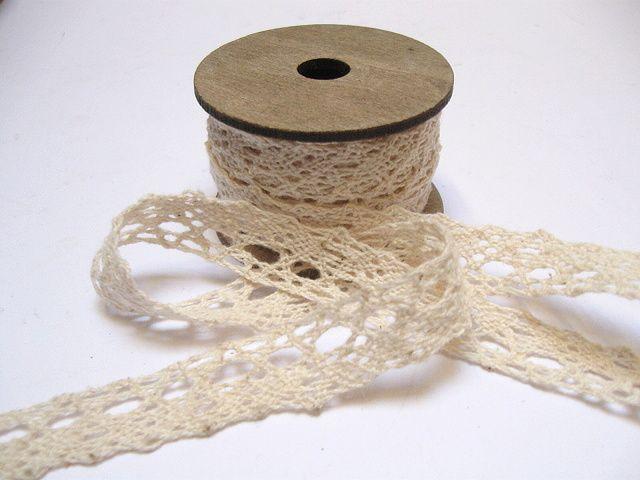 Krajka na špulce 1,5cm / 4 m - krémová (vzor 2) Bavlněná krajka, na efektní dřevěné špulce s vintage úpravou. (č.4648) šíře 1,5cm délka návinu 4 metry cena je uvedena za celý návin