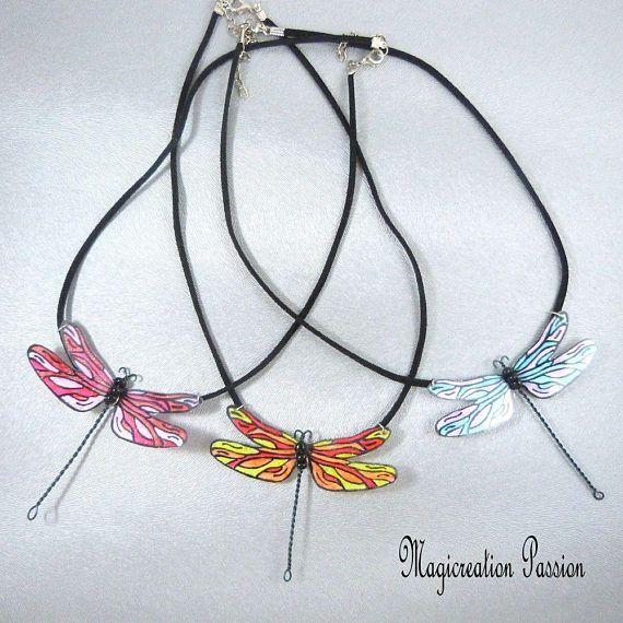 """collier grande libellule  modèle """"Demoiselle"""" polyester plastifié sur cordon de suédine noir - fantaisie d 'été"""