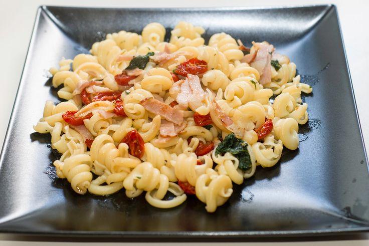 Mrs. Lovett's pies: Eliche con ortiche, bacon e pomodorini confit