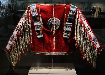 Artiste blackfeet (Montana, Etats-Unis ou Alberta, Canada). Chemise d'homme, vers 1880. Etoffe de laine, perles de verre, peau tannée, hermine, plumes. Collection Ed et Judy Benson, Etats-Unis.