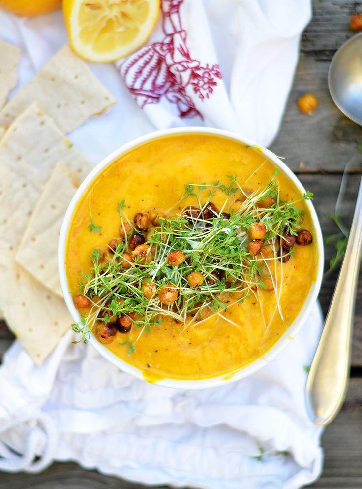 Juhuuuu, das erste Suppenrezept hat es auf den Blog geschafft! Ich habe die klassische Kürbiscremesuppe modernisiert und entstanden ist diese wunderbare herbstliche vegane Orangen-Karrotten-Ingwer-Kürbiscremesuppe. Richtig lecker und nicht sonderlich aufwendig. Du kannstauch einfach mehr machen und die Kürbis-Orangen-Suppe über die nächsten Tage verteilt mit auf die Arbeit/Uni nehmen 🙂 PS: Wenn von euch sehe ich heute auf der WearFair in Linz? Alex und ich fahren gleich los und ich würde…