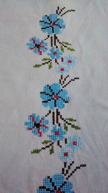 Tardes de labores: Mantel de flores de punto de cruz.