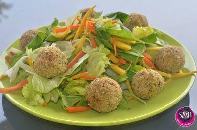 Falafel fasírt golyók, szalma sárgarépával, paszternákkal és friss salátával (vegán ebéd)
