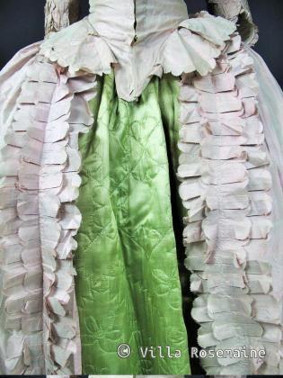 Circa 1770/1780 France Manteau de robe en taffetas changeant rose pâle et vert de gris. Manches à sabot bouillonnées. Parements et basques de falbalas plissés et crantés. Corsage baleiné à fanons et compères lacés. Garniture de gaze façonnée sur le décolleté et aux manches. Bon état de conservation. Modèle présentée sur une mannequin de taille 32 ( équivalentbuste d'enfant de 12 ans)