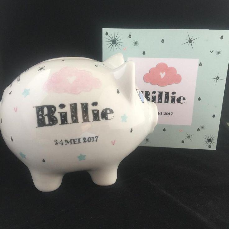 Nog even en Billie kan ook gaan sparen. #lief#servies#handbeschilderd#cadeau#geboortekaartje#porselein#sparen#geboortespaarvarken#persoonlijk#uniek#sweet#piggybank#babyshower#handmade#money#baby#origineel#opjebordje.nl