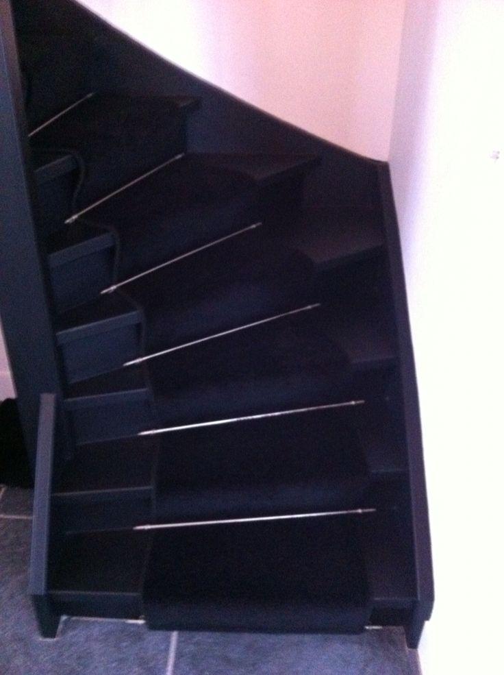 Traploper ambiant tapijt washington , traproedes rvs op mat zwart gelakte trap ....