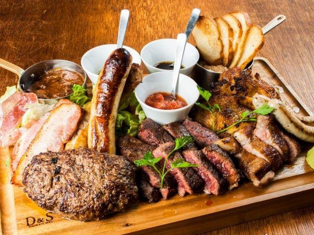 大阪・本町に肉料理メインのカフェ「ニックストック」 1キロの肉盛りメニューも(写真ニュース)