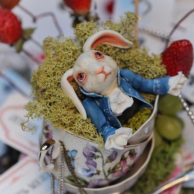 """Иногда я напоминаю себе кролика из """"Алисы в стране чудес"""", который вечно куда-то спешит и ничего не успевает. И только вижу, как мимо проносятся понедельники. Производство загружено и заказы до 15 апреля мы уже не принимаем. Хотя очень жаль отказываться от ваших чудесных проектов! Пожалуйста, пишите заранее и бронируйте дату хотя бы за несколько месяцев 😘 Кстати, заказ на этот торт и сладкий стол поступил за 5 месяцев до мероприятия. Организатор @vernissage_svadeb"""