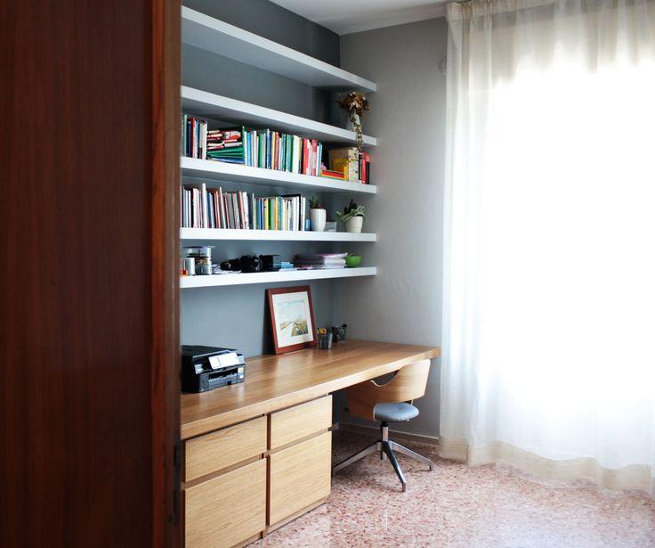 Studio. Scrivania in legno rovere massello e libreria retroilluminata in cartongesso. La pavimentazione esistente in graniglia è stata mantenuta e restaurata. Progetto #flaviabenigniarchitetto