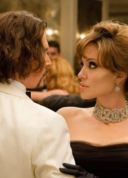 Frank & Elise - The Tourist (Johnny Depp and Angelina Jolie ) ... look at the necklace!!!
