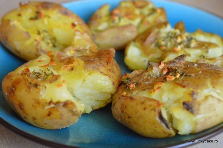 cartofi zdrobiti rozmarin la cuptor