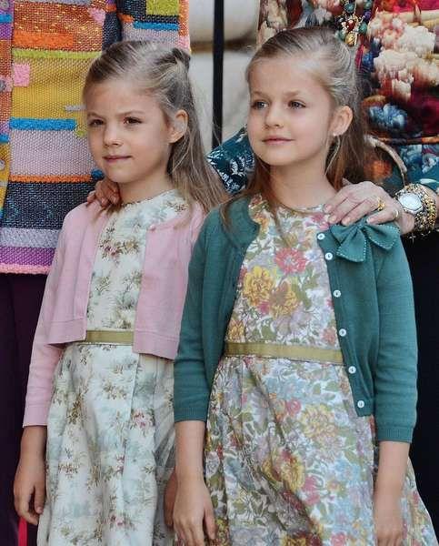 Die Prinzessinnen Leonor und Sofia (links) sind die beiden Töchter von Prinz Felipe und Prinzessin Letizia von Spanien. Da sie bislang keinen Bruder haben, steht Leonor hinter ihrem Vater auf Platz zwei der Thronfolge, ihre 2007 geborene Schwester kommt nach ihr.