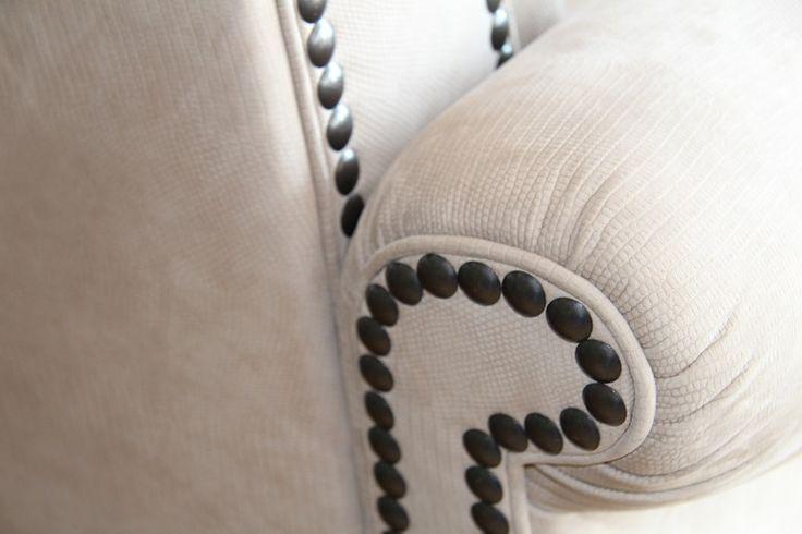 La cura per i dettagli e le finiture è una nostra prerogativa; solo divani in pelle curati e senza difetti passeranno il controllo qualità