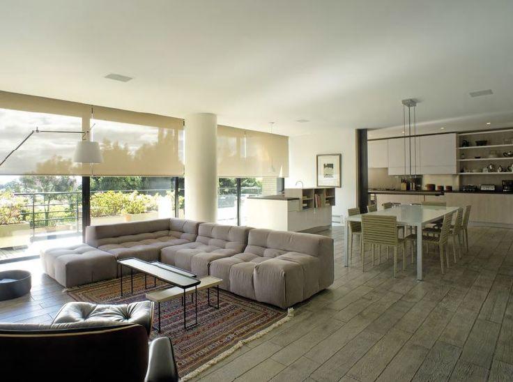 Este apartamento fue concebido por Luis Restrepo y Guillermo Arias, fue ejecutado por la firma Octubre Arquitectura y contó con el apoyo del arquitecto Gabriel Insignares quien hace parte de la firma. Y la construcción corresponde a Pablo Perilla.