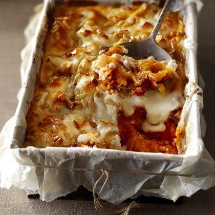 Verwarm de oven voor op 180°C. Bestrijk de bodem van de ovenschaal met een deel van de tomatensaus. Bedek met lasagnebladen en vervolg met een paar lepels saus en 1/3 van de pompoen. Bestrooi met wat geitenkaas en maak nog 2 van deze lagen. Eindig met een laag lasagnebladen en bedek met de bechamelsaus. Bestrooi met de overige geitenkaas en de pijnboompitten. Bak de lasagne in het midden van de oven in circa 30 minuten gaar en bruin. Neem uit de oven en wacht even met aansnijden, zodat de…