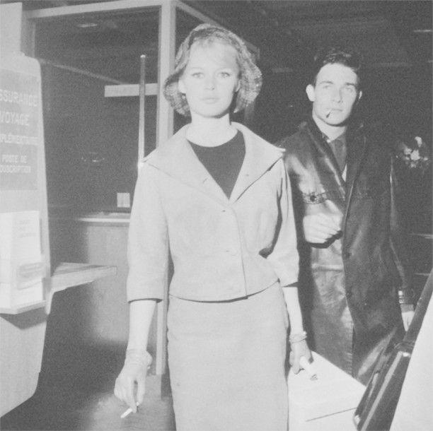 Francis APESTGUY (né en 1952) Brigitte Bardot et Jacques Charier à Orly Tirage format 30.2 x 30.2 cm. Au dos numéroté 1/30 et mention manuscrite «Brigitte Bardot et jacques Charier a Orly en mars 1960»… - Christophe Joron Derem - 10/10/2016