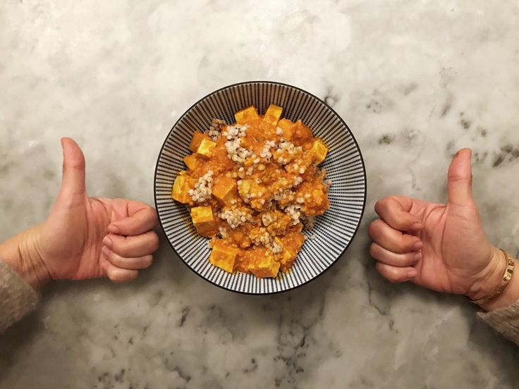 Indisk mangogryta  1 gul lök 4 vitlöksklyftor 2 cm ingefära 1 1/2 msk malen gurkmeja 2 msk kokosolja 1 burk (400 gram) krossade tomater 1/2 dl tomatpuré 3 dl naturella cashewnötter 4 dl kokosmjölk 1 paket tärnad tofu 300 g tärnad mango durrakorn färsk koriander  värm lök, ingefära och gurkmeja i kokosolja. svettas lite. Häll över allt på receptlistan fram till mango och kör tills det blir lite lagom grynigt. Häll tillbaka såsen i kastrullen, värm tills ljummen och ha i mango och tofu