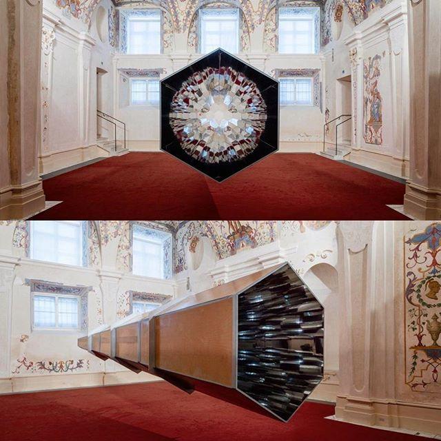 """🇷🇺 Олафур Элиассон, инсталляция """"Калейдоскоп"""" (2001), вид сбоку / фронтальный вид. Искусство, эстетика имировоззрения двух совершенно разных эпох соединились на персональной  выставке датско-исландского художника Олафура Элиассона """"Baroque Baroque """" вЗимнем дворце принца Евгения Савойского вВене. Он, как никакой другой творец своего поколения, вот уже два десятилетия бросает вызов нашему привычному восприятию. Используя науку, психологию иархитектуру, художник создаёт представление…"""