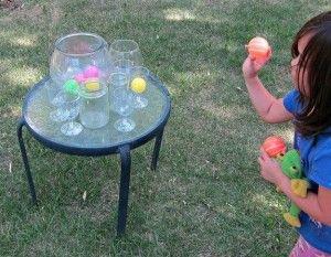 2. Joc de atentie – Pe o masa, asezati cateva pahare cu apa (borcane) – cca. 7 sau 10.  Fiecare jucator primeste 10 mingi de ping pong si de la 2-3 pasi de masa trebuie sa arunce mingile in recipiente. Cine nimereste sa arunce cele mai multe mingi in pahare castiga!  Pentru a face jocul mai complicat, incercati sa aruncati doar cate o minge in fiecare recipient.