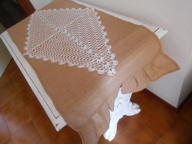 Runner centro tavola in tela juta con applicazione di rombo ad uncinetto., by Le gioie di  Pippilella, 35,00 € su misshobby.com