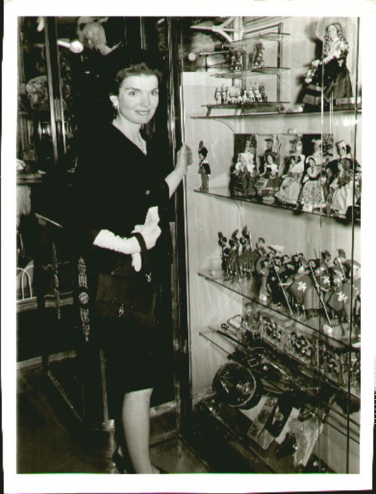 Jackie Kennedy, shopping again, this time in in Rome, 1962.