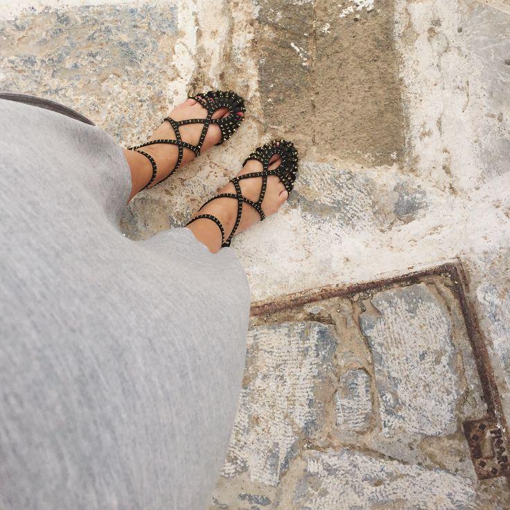 Tenue de circonstance pour affronter le soleil. Et sandalettes à clous pour affronter les mille marches de la journée.