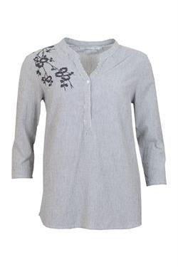 Endnu en flot skjorte med broderi fra Ofelia! Modellen fåes i to forskellige farver hos Nora & Frække Frode.