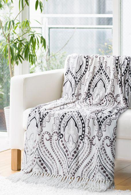 Kvalitná biela deka s ornamentami